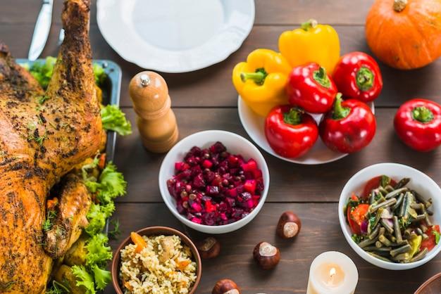 Gebakken kalkoen met salades in kommen Gratis Foto
