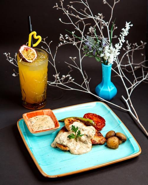 Gebakken kip en aardappel met tropisch sap Gratis Foto