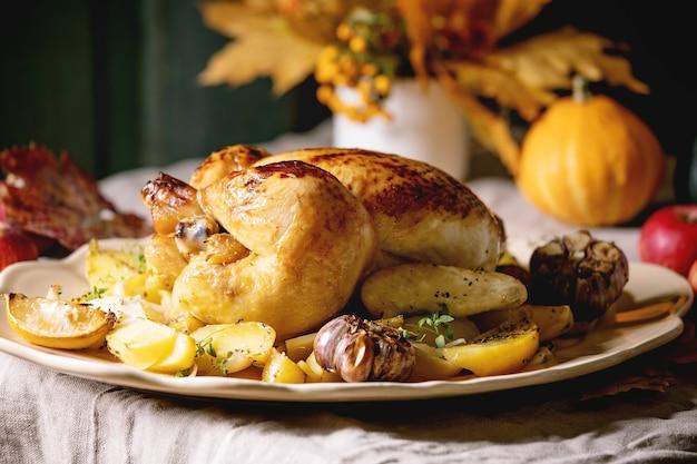Gebakken kip met aardappelen Premium Foto