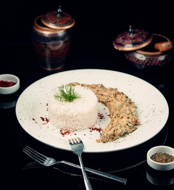 Gebakken kip met champignonsaus en rijst Gratis Foto