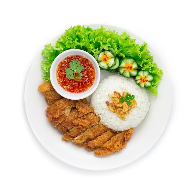 Gebakken kip met rijst op knapperige knoflook aziatische Premium Foto