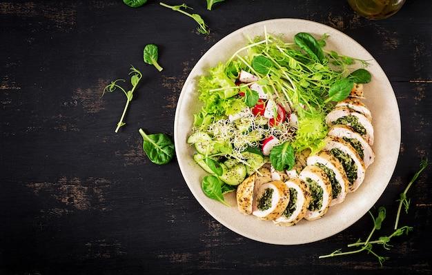Gebakken kiprolletjes met spinazie en kaas Premium Foto