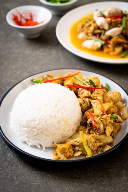 Gebakken krab in kerriepoeder met rijst Premium Foto