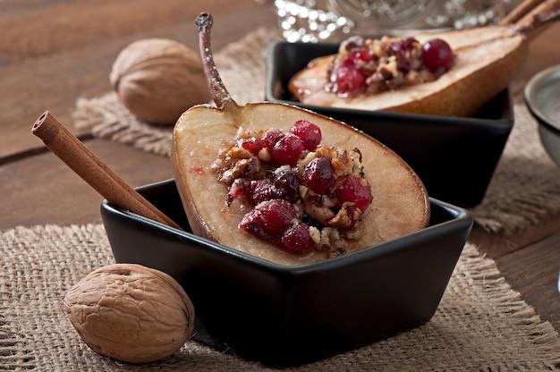 Gebakken peren met veenbessen, honing en walnoten Premium Foto