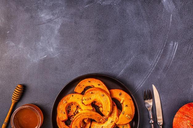 Gebakken plakjes pompoen met kruiden Premium Foto