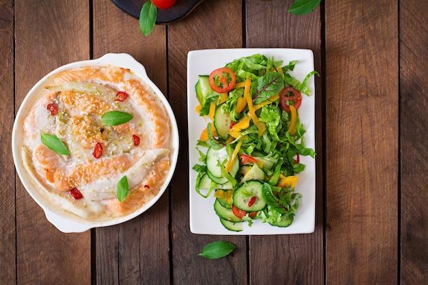 Gebakken plakjes rode en witte vis met honing en limoensap, geserveerd met verse salade en zachte noedels in misobouillon Premium Foto
