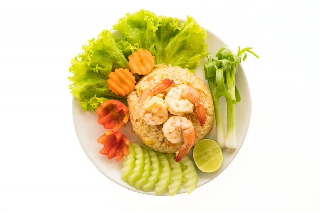 Gebakken rijst met garnalen en garnalen op de top in witte plaat Gratis Foto