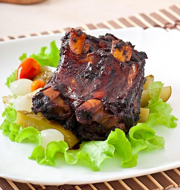 Gebakken rundvleesribben in honingsojemarinade met groenten in het zuur Gratis Foto