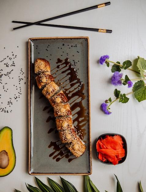 Gebakken sushi met saus bovenaanzicht Gratis Foto