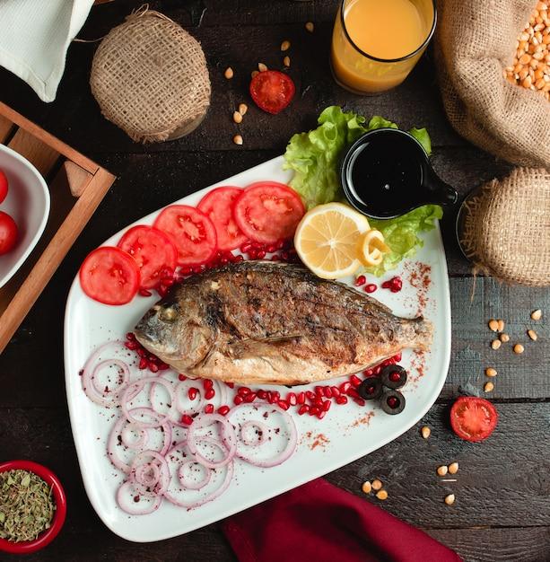 Gebakken vis met tomaat en ui Gratis Foto