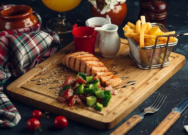 Gebakken vis met verse salade en friet Gratis Foto