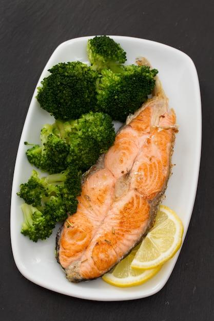 Gebakken zalm met broccoli op schotel Premium Foto