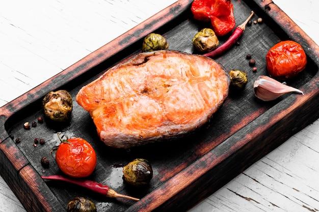 Gebakken zalm steak Premium Foto