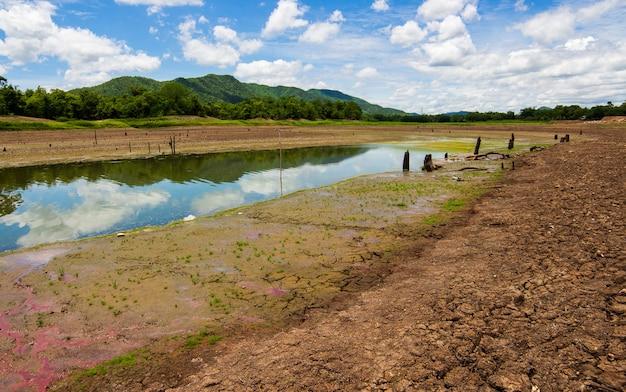 Gebarsten droog land zonder water. Premium Foto
