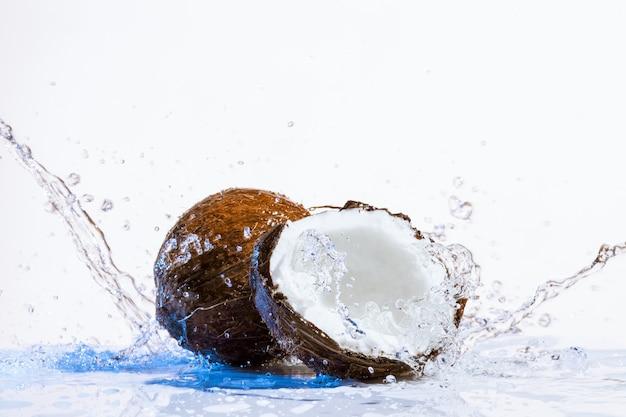 Gebarsten kokosnoot Premium Foto