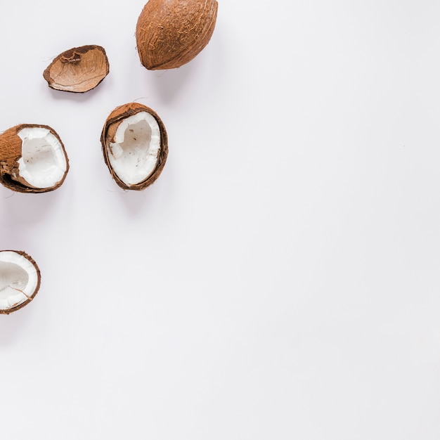 Gebarsten kokosnoten op tafel Gratis Foto