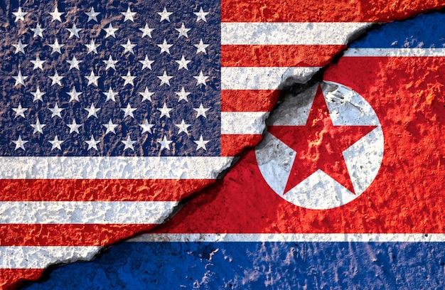 Gebarsten van de vlag van de vs en de vlag van noord-korea Premium Foto
