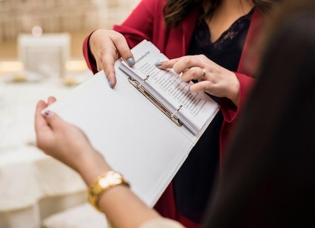 Gebeurtenismanager die plan op papier toont Gratis Foto