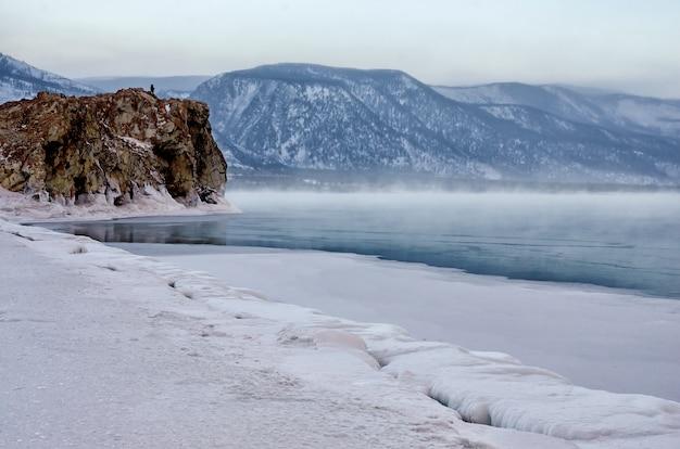 Gebied van ijsheuveltjes en rots op het bevroren meer baikal. zonsondergang Premium Foto