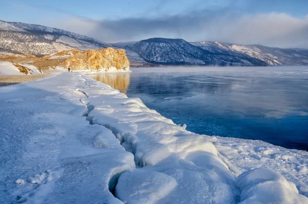 Gebied van ijsheuveltjes en rots op het bevroren meer baikal. zonsopkomst Premium Foto