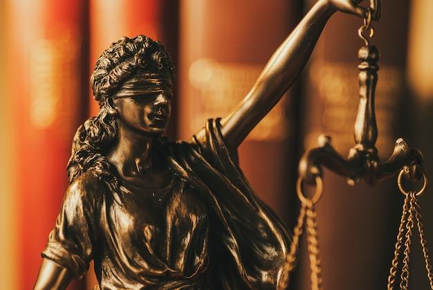 Geblinddoekte justitie houdt de weegschaal omhoog Premium Foto