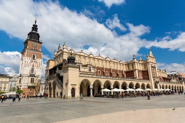 Gebouw van de oude bazaar op het marktplein, krakau, polen. Premium Foto