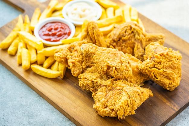 Gebraden kippenvleugels met frieten en tomaat Gratis Foto