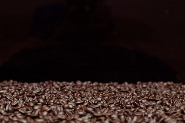 Gebrande donkere koffiebonen achtergrond Premium Foto