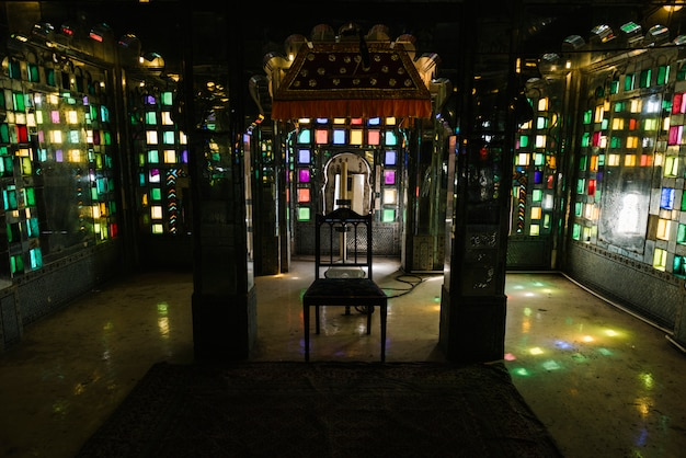 Gebrandschilderd glasvensters in het stadspaleis in udaipur rajasthan Gratis Foto