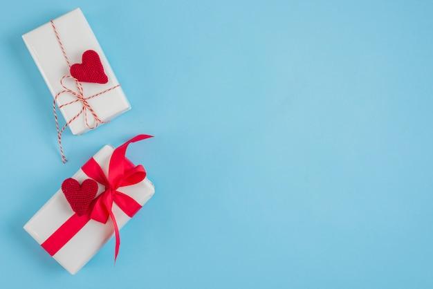 Gebreide harten op leuke geschenkdozen Gratis Foto