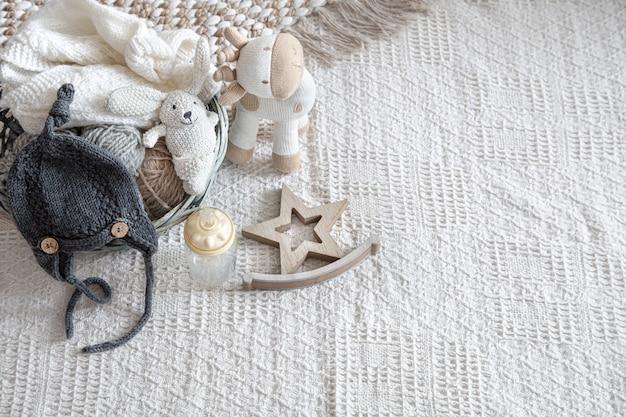 Gebreide kinderkleding op een lichte achtergrond met accessoires Gratis Foto
