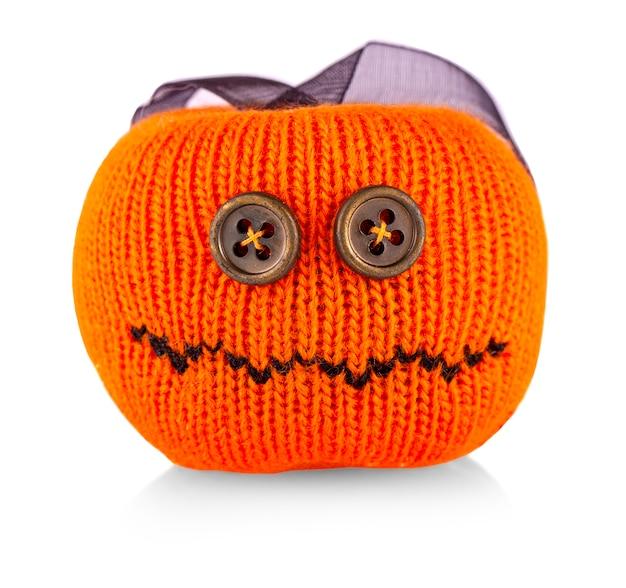 Gebreide pompoen speelgoed voor halloween op witte achtergrond Premium Foto