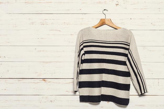 Gebreide trui op houten kledingrek Premium Foto