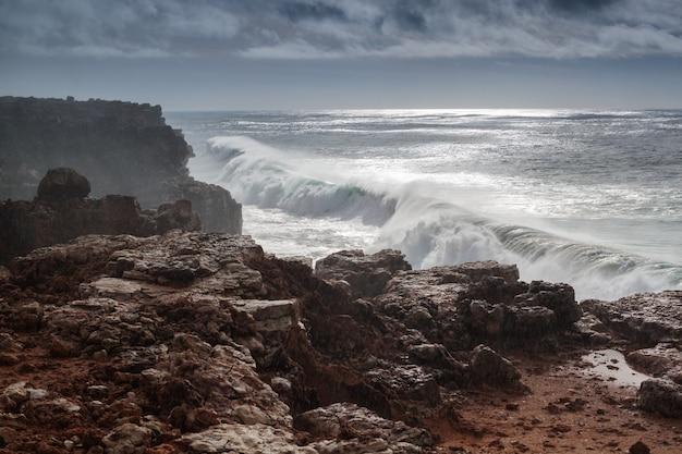 Gebroken gigantische golven op de rotsen in sagres. Premium Foto