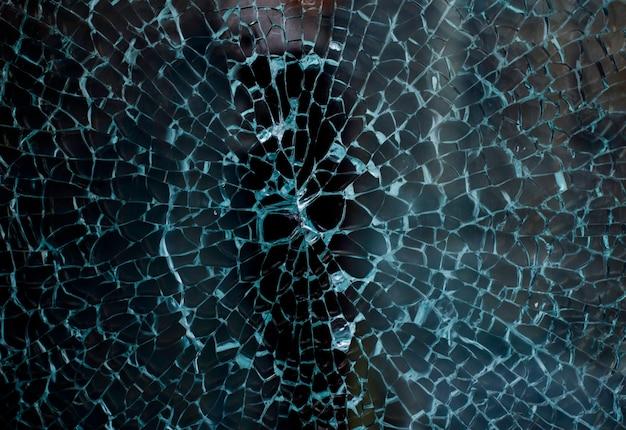 Gebroken glas van een etalage van een kledingwinkel met ongericht achtergrond Premium Foto