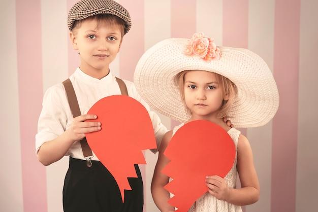 Gebroken hart jongen paar met een hart van papier Gratis Foto