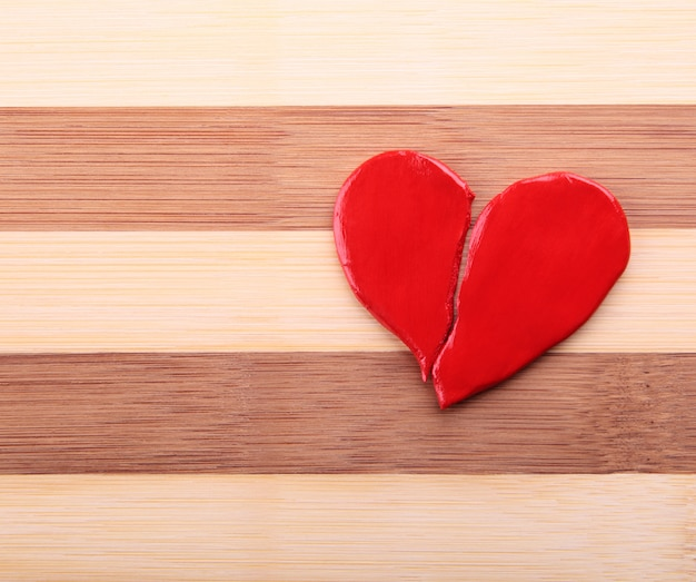 Gebroken hart op een houten textuur Premium Foto