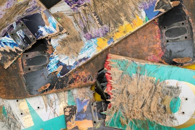 Gebroken kleurrijke skateboard decks die op elkaar zijn gestapeld. Premium Foto