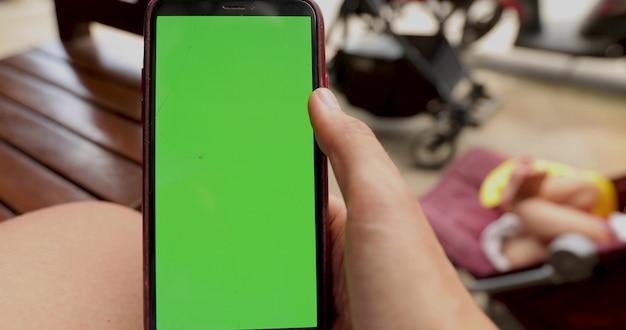 Gebroken telefoon groen scherm handen menselijk Premium Foto