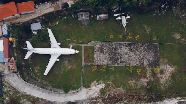 Gebroken vliegtuig op een bali worden gefotografeerd vanuit een drone Gratis Foto