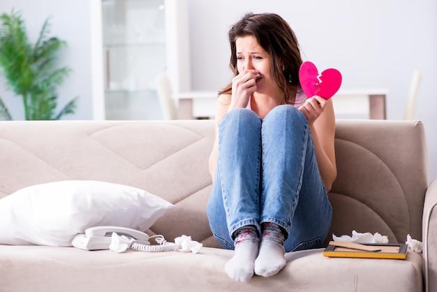 Gebroken vrouw hart in relatie concept Premium Foto