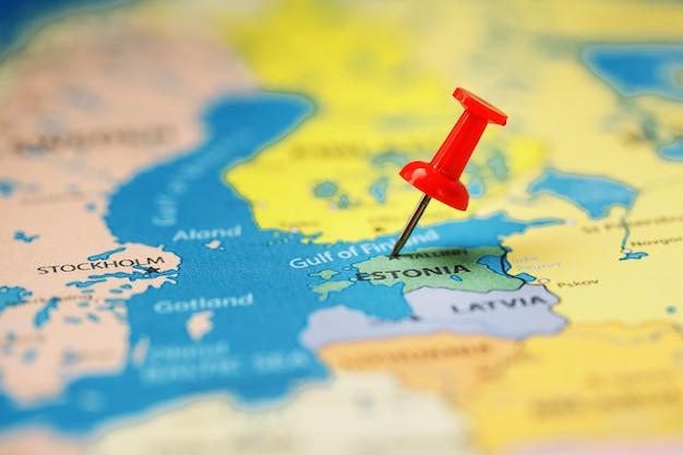 Gebruik de rode knop om de locatie en coördinaten van je bestemming op de kaart van het land van estland te markeren. Premium Foto