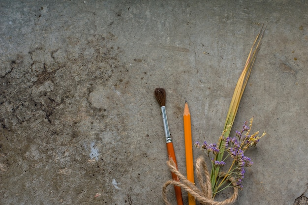Gebruiksvoorwerpen voor het schrijven en tekenen met lavendelboeket Premium Foto