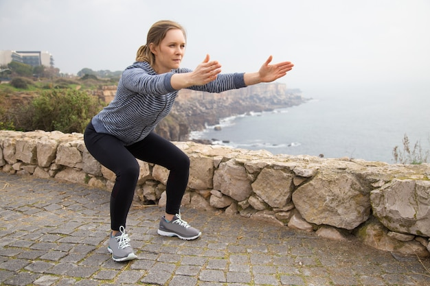 Geconcentreerd atletenmeisje die aan fysiek uithoudingsvermogen werken Gratis Foto