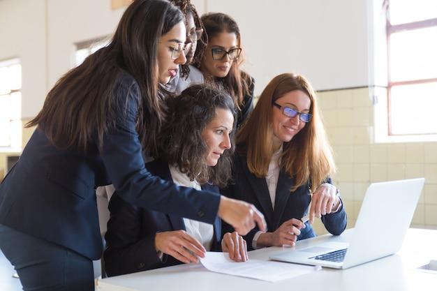 Geconcentreerde zakenvrouwen die met laptop werken Gratis Foto