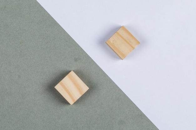Gedacht verschilconcept met houten blokken op marinegroene en witte hoogste mening als achtergrond. horizontaal beeld Gratis Foto