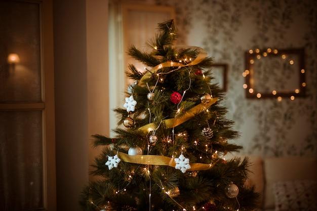 Gedecoreerde kerstboom in de woonkamer Premium Foto