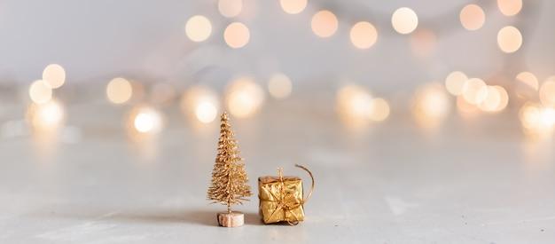 Gedecoreerde kerstboom op wazig, sprankelend en fee Premium Foto