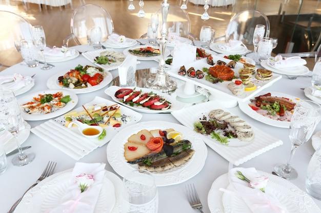 Gediende banketlijst met schotels in restaurant Premium Foto