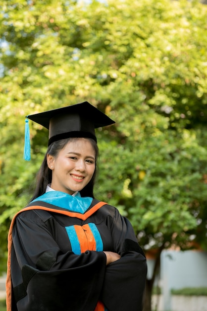 Gediplomeerd jong meisje dat een zwarte leeswijzerhoed draagt. Premium Foto